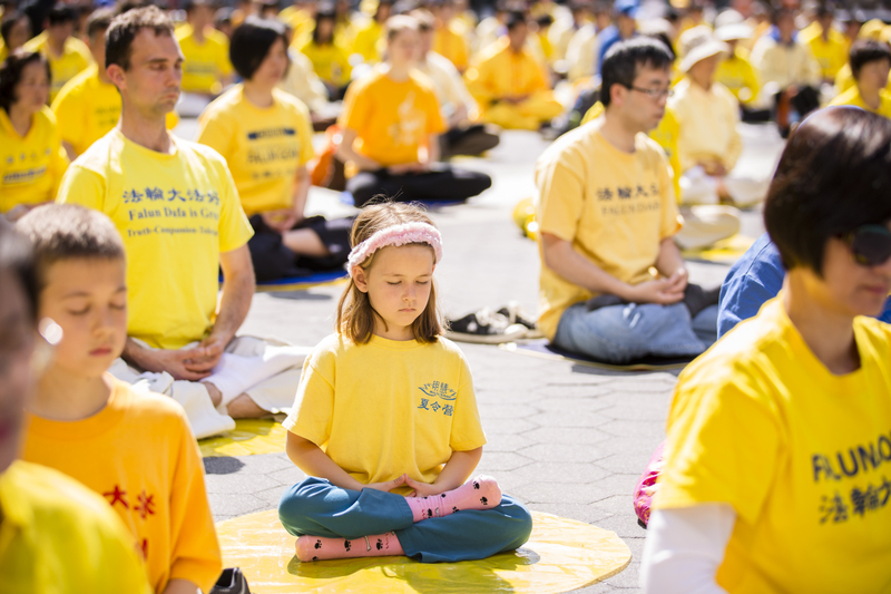 People doing the fifth meditation exercise of Falun Dafa. (Credit: Minghui)