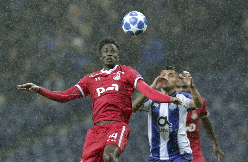 Moscow forward forward Eder, left, and Porto forward Jesus Corona eye the ball during the Champions League group D soccer match between FC Porto and Lokomotiv Moscow at the Dragao stadium in Porto, Portugal, Tuesday, Nov. 6, 2018. (AP Photo/Manuel Araujo)