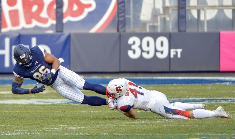 Syracuse linebacker Ryan Guthrie (41) tackles Notre Dame tight end Alize Mack (86)during the first half of an NCAA college football game, Saturday, Nov. 17, 2018, at Yankee Stadium in New York. (AP Photo/Howard Simmons)