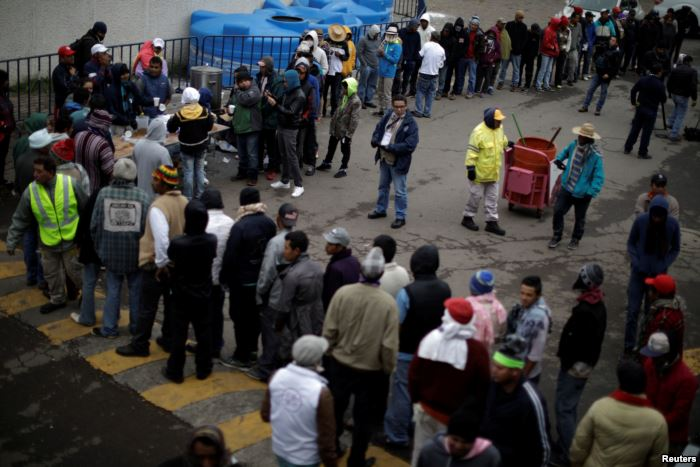 Migrants, part of a caravan of thousands traveling from Central America en ro