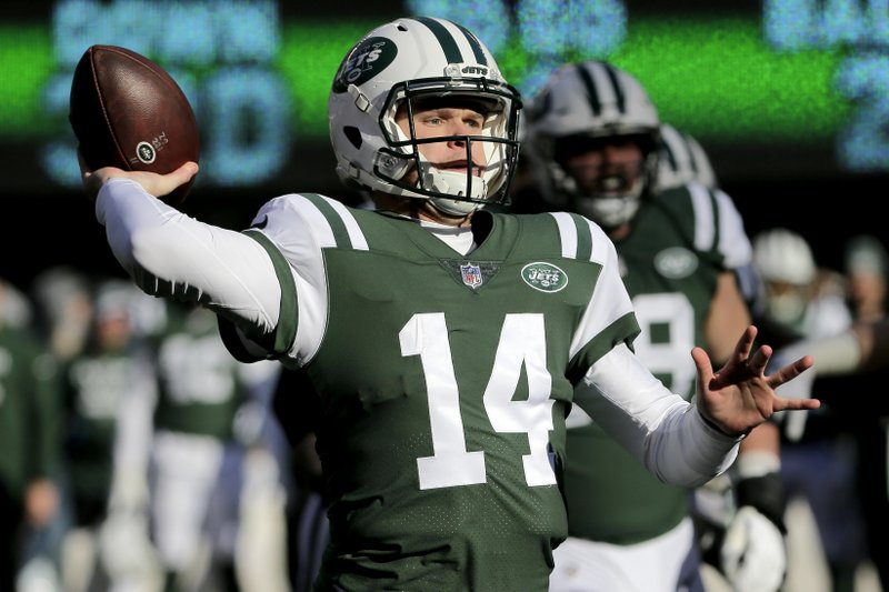 New York Jets quarterback Sam Darnold throws a pass against the Green Bay Packers during the first half of an NFL football game, Sunday, Dec. (AP Photo/Seth Wenig)