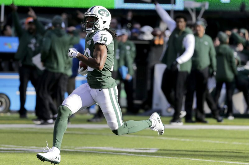 New York Jets' Andre Roberts returns a Green Bay Packers kickoff for a touchdown during the first half of an NFL football game, Sunday, Dec. (AP Photo/Seth Wenig)