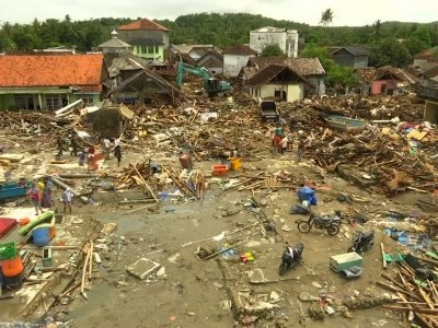 The death toll from the tsunami that hit Indonesian islands without warning Saturday night has passed 420 with more than 1,400 people injured. (Dec. 25)