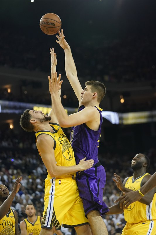 Los Angeles Lakers center Ivica Zubac (40) shoots over Golden State Warriors guard Klay Thompson (11) during the first half of an NBA basketball game Tuesday, Dec. (AP Photo/Tony Avelar)