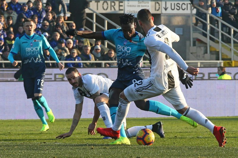 Atalanta's Duvan Zapata, second from right, scores his side first goal during the Serie A soccer match between Atalanta and Juventus in Bergamo, Italy, Wednesday,  Dec. (Paolo Magni/ANSA via AP)