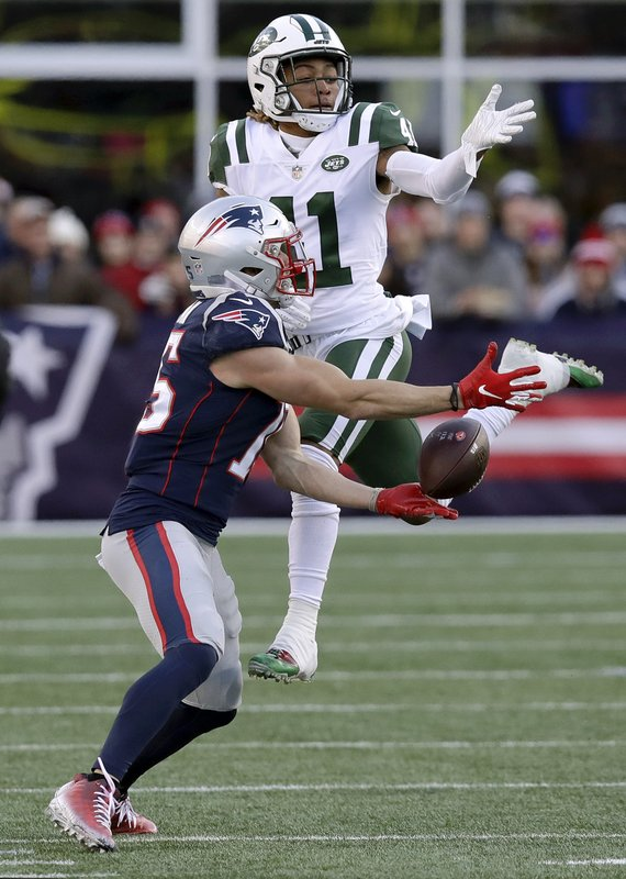 New England Patriots wide receiver Chris Hogan, left, fails to catch a pass as New York Jets cornerback Buster Skrine defends during the second half of an NFL football game, Sunday, Dec. (AP Photo/Charles Krupa)