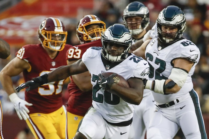 Philadelphia Eagles running back Wendell Smallwood (28) carries the ball during the first half of the NFL football game against the Washington Redskins, Sunday, Dec. (AP Photo/Alex Brandon)