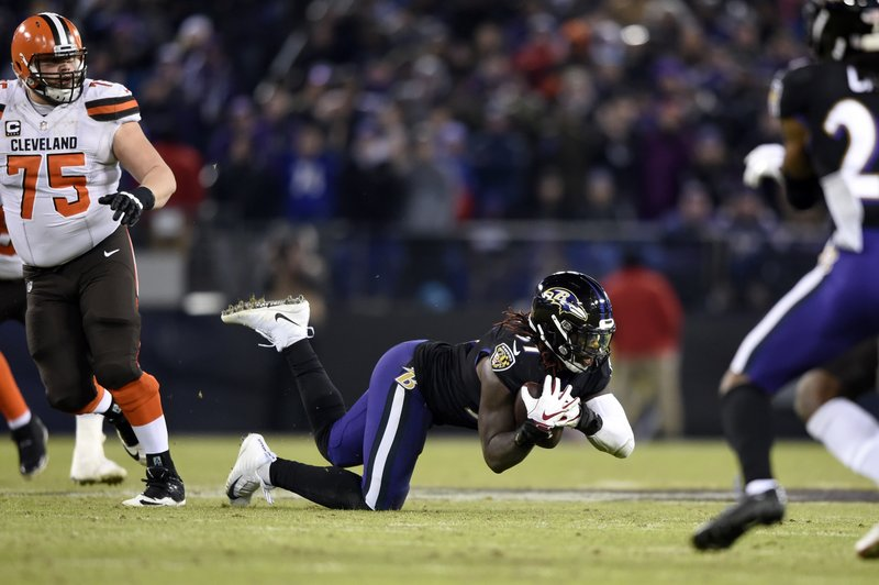 Baltimore Ravens inside linebacker C.J. Mosley, center, intercepts a pass attempt in the final moments of an NFL football game against the Cleveland Browns, Sunday, Dec. (AP Photo/Gail Burton)