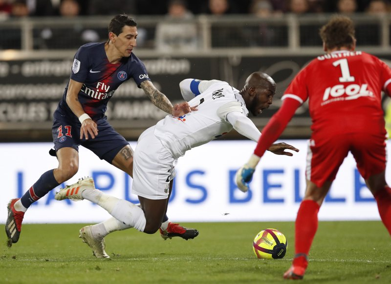 PSG's Angel Di Maria, left, and Amiens' Prince-Desir Gouano challenge for the ball during the French League One soccer match between Amiens and Paris-Saint-Germain at the Stade de la Licorne stadium in Amiens, France, Saturday, Jan. (AP Photo/Christophe Ena)