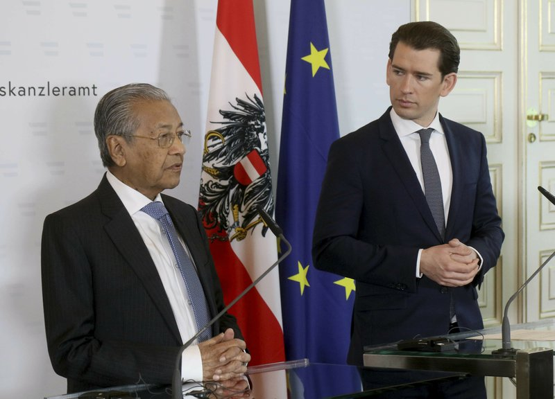 Malaysia's Prime Minister Mahathir Moham and Austria's Chancellor Sebastian Kurz, from left, adaddress the media during a joint press conference at the federal chancellery in Vienna, Austria, Monday, Jan. (AP Photo/Ronald Zak)