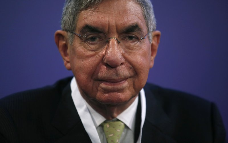 FILE - In this Nov. 13, 2015 file photo, Nobel Peace Prize laureate and two-time Costa Rican President Oscar Arias looks at the media during the opening ceremony of the XV World Summit of Nobel Peace Laureates at the University in Barcelona, Spain. (AP Photo/Manu Fernandez, File)