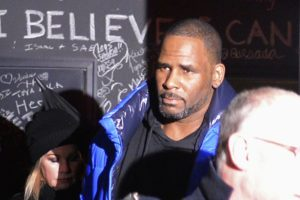 Update: R. Kelly arrives at hearing in sexual abuse case