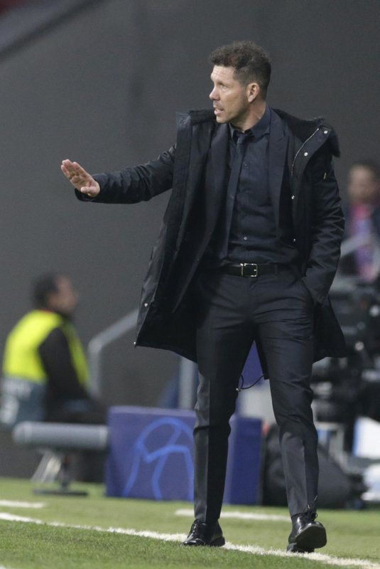 Atletico coach Diego Simeone reacts to his players, during the Champions League round of 16 first leg soccer match between Atletico Madrid and Juventus at Wanda Metropolitano stadium in Madrid, Wednesday, Feb. (AP Photo/Andrea Comas)