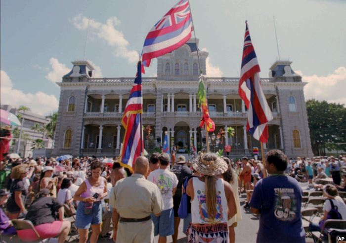 Hawaiians who marched from the Royal Mausoleum in Nuuanu arrived at Iolani Pa