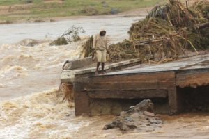 Aid agencies scramble to rescue people from Mozambique flood