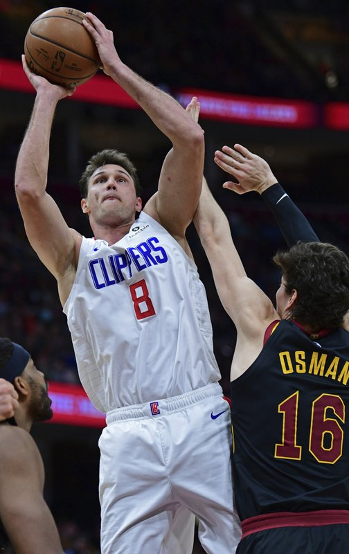 Los Angeles Clippers' Danilo Gallinari  (8) goes to the basket against Cleveland Cavaliers' Cedi Osman in the second half of an NBA basketball game, Friday, March 22, 2019, in Cleveland. (AP Photo/David Dermer)