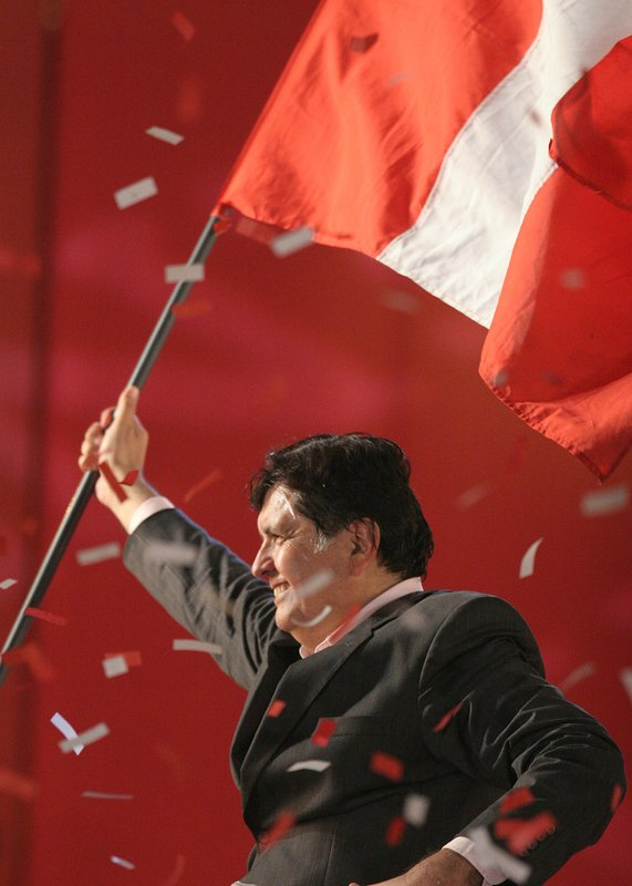 FILE - In this June 1, 2006 file photo, presidential candidate Alan García of the American Popular Revolutionary Alliance, or APRA, waves a Peruvian flag during his closing campaign rally in Lima, Peru. (AP Photo/Lucho Gonzales, File)