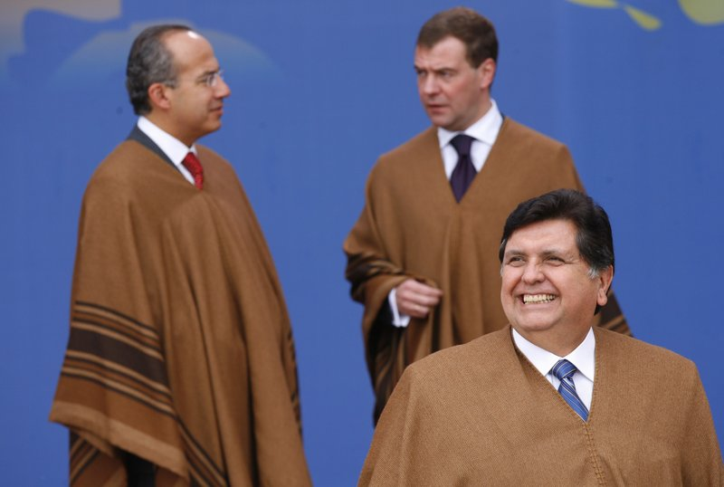 FILE - In this Nov. 23, 2008 file photo, Peru's President Alan Garcia, right front, smiles as leaders gather for the official group photo of 16th Asian Pacific Economic Cooperation Summit, APEC, in Lima, Peru. (AP Photo/Dado Galdieri, File)