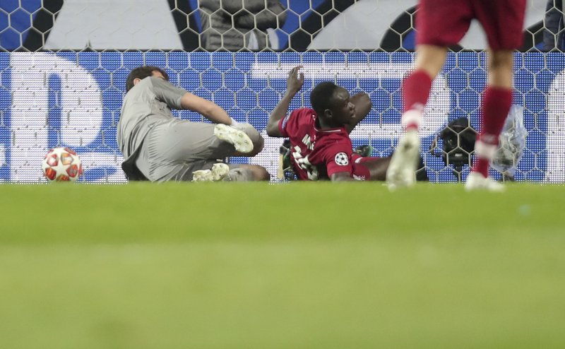 Liverpool's Sadio Mane, center, scores his side's opening goal during the Champions League quarterfinals, 2nd leg, soccer match between FC Porto and Liverpool at the Dragao stadium in Porto, Portugal, Wednesday, April 17, 2019. (AP Photo/Luis Vieira)