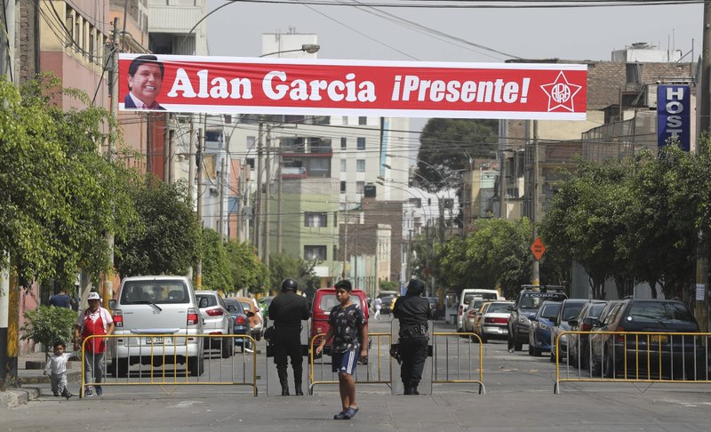 A sign featuring Peru's late President Alan Garcia reads in Spanish