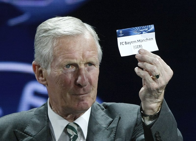 FILE - In this Thursday, Aug. 29, 2013 file photo former Scottish player Billy McNeill, shows the name of FC Bayern Munich, who will play Group D, during the UEFA Champions League draw in Monaco. (AP Photo/Claude Paris, File)