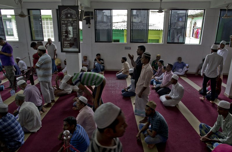 Muslim men gather to pray at a mosque in Colombo, Sri Lanka, Friday, April 26, 2019. Hundreds gathered at mosques that conducted Friday prayer services despite warnings of more bomb attacks by Islamic State-claimed militants. (AP Photo/Gemunu Amarasinghe)