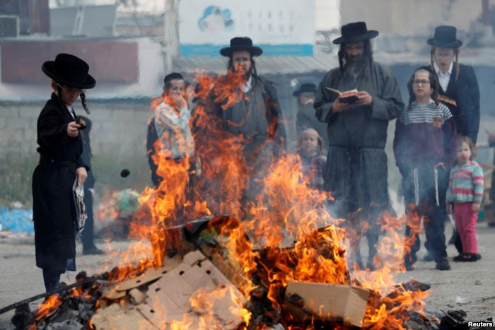 Ultra-Orthodox Jews burn leaven in the Mea Shearim neighborhood of Jerusalem