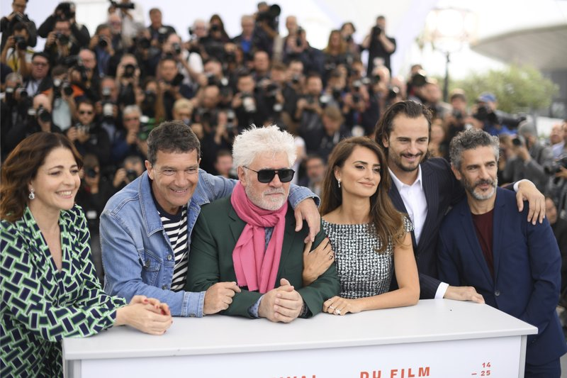 Actors Nora Navas, from left, Antonio Banderas, directors Pedro Almodovar, actors Penelope Cruz, Asier Etxeandia and Leonardo Sbaraglia poses for photographers at the photo call for the film 'Pain and Glory' at the 72nd international film festival, Cannes, southern France, Saturday, May 18, 2019. (Photo by Arthur Mola/Invision/AP)