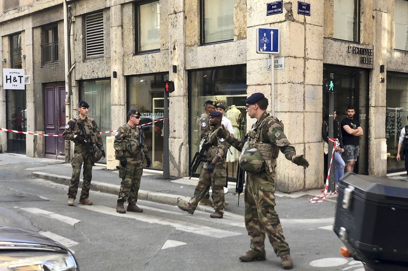 Soldiers of French anti terrorist plan