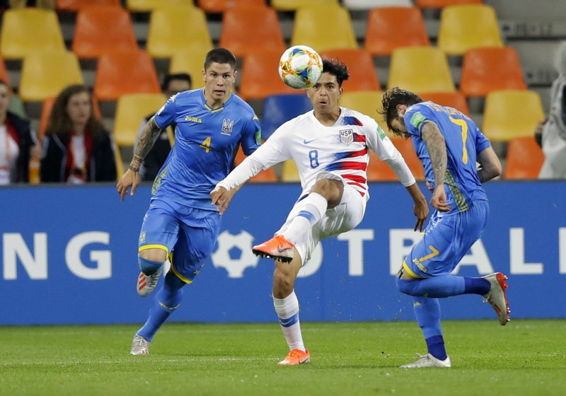 United States' Alex Mendez, center, duels for the ball with Ukraine's Heorhii Tsitaishvili, right, and Ukraine's Denys Popov during the Group D U20 World Cup soccer match between Ukraine and USA in Bielsko Biala, Poland, Friday, May 24, 2019. (AP Photo/Sergei Grits)