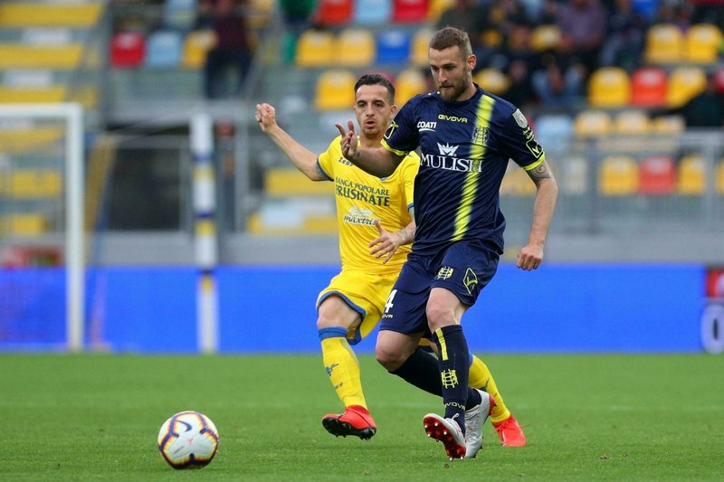 Frosinone's Raffaele Maiello, left, vies for the ball with Chievo's Pawel Jaroszynski during the Serie A soccer match between Frosinone and Chievo Verona at the Benito Stirpe stadium in Frosinone, Italy, Saturday, May 25, 2019. (Federico Proietti/ANSA via AP)