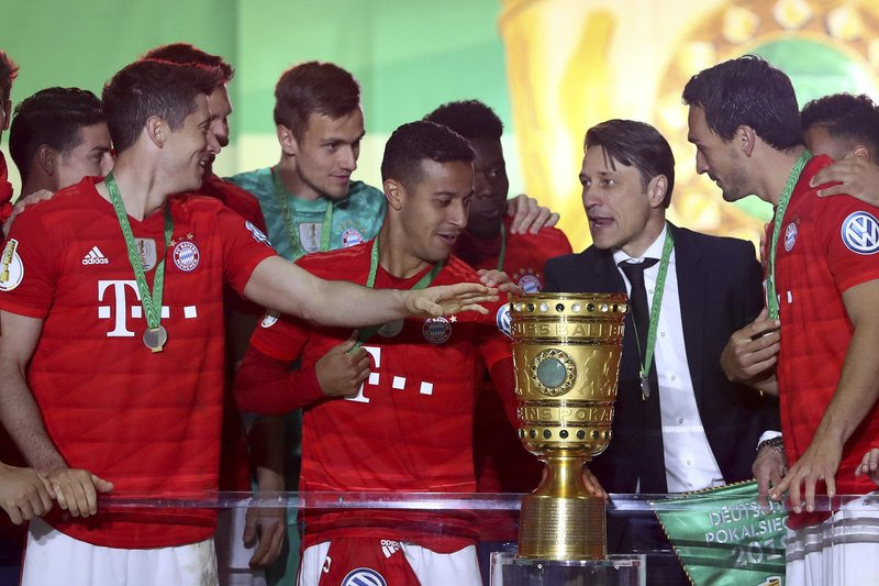 Bayern players with their coach Niko Kovac celebrate with the trophy after winning the German soccer cup, DFB Pokal, final match between RB Leipzig and Bayern Munich at the Olympic stadium in Berlin, Germany, Saturday, May 25, 2019. (AP Photo/Matthias Schrader)