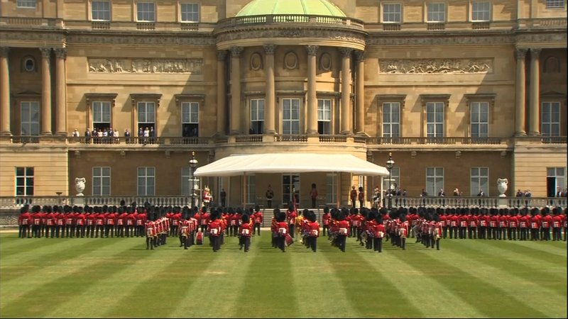 US President Donald Trump and his wife Melania were greeted Monday on the grand lawn of Buckingham Palace by Queen Elizabeth II with a Guard of Honor formed by the Grenadier Guards wearing the traditional bearskin hats. (June 3)