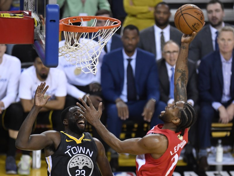 Toronto Raptors forward Kawhi Leonard (2) shoots over Golden State Warriors forward Draymond Green (23) during the first half of Game 6 of basketball's NBA Finals, Thursday, June 13, 2019, in Oakland, Calif. (Frank Gunn/The Canadian Press via AP)