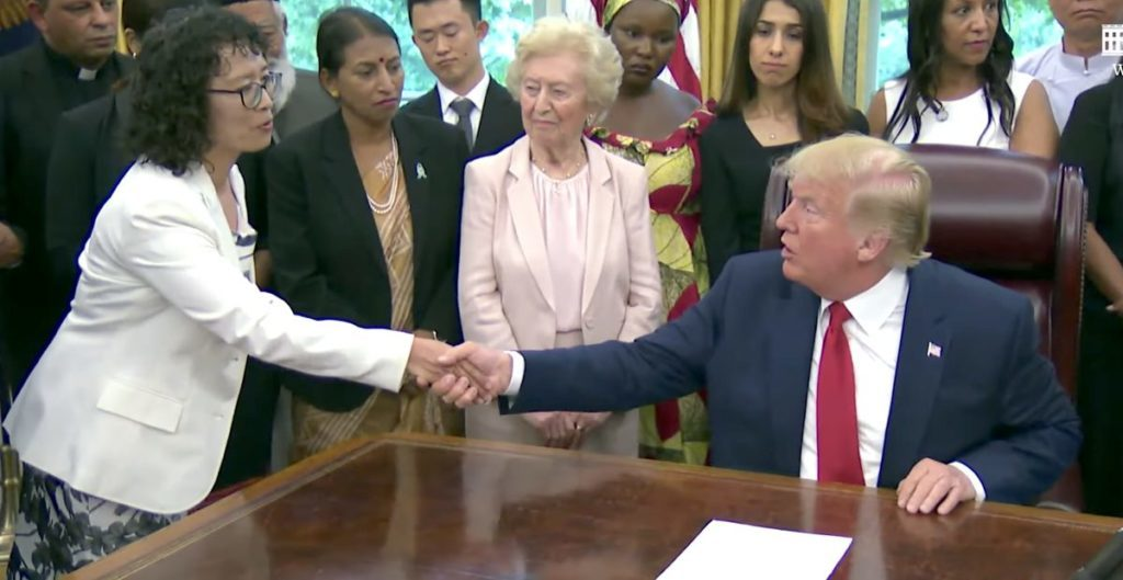 The practice of Falun Dafa Yuhua Zhang shaking hands with President Trump (Screenshot of the White House on YouTube)