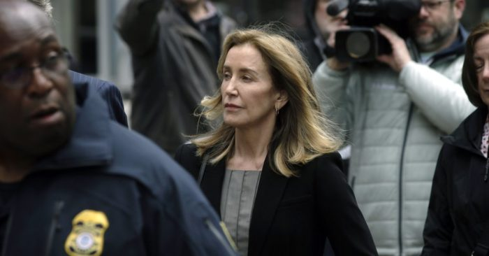 Felicity Huffman arrives at federal court on May 13, 2019 in Boston, for the nationwide college admissions bribery scandal. (Photo AP / Steven Senne)