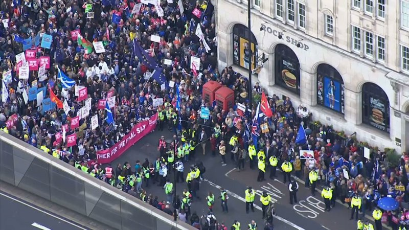 Thousands of Brexit opponents gathered in central London on Saturday calling for Britain to remain part of the European Union. (Oct. 19)