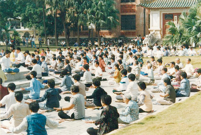 Falun Gong practitioners meditating in public in Guangzhou in 1998, before the Communist Party launched its persecution. Credit: Minghui.org