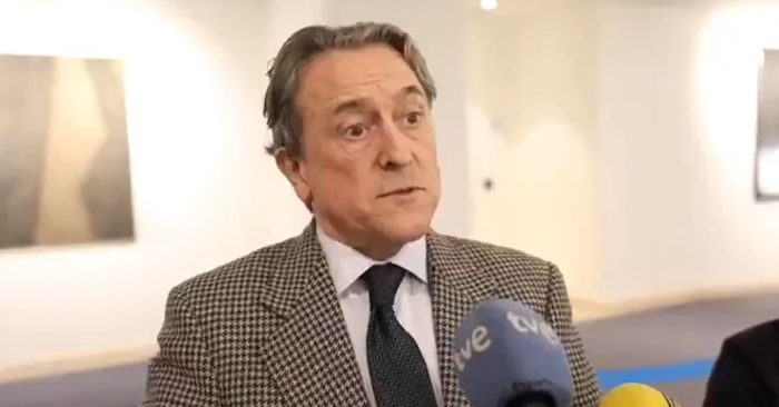 Hermann Tertsch talks to journalists about the relationship between the current Spanish government and the Latin American communist regimes on Thursday in Brussels. (Screenshot via Twitter).