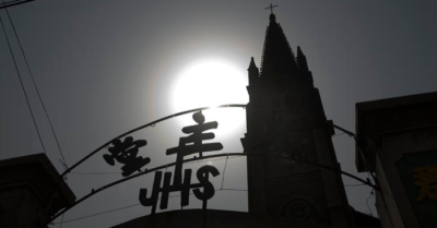 Chinese regime officials violently break into a Christian church and arrest the faithful