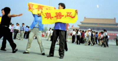 Practitioner unfurls banner at Tiananmen Square May 2001
