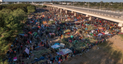 Texas troopers ward off thousands of Haitian asylum seekers at US border